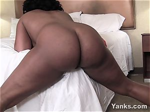 Sydnee Capri plumbs the corner of the sofa to climax