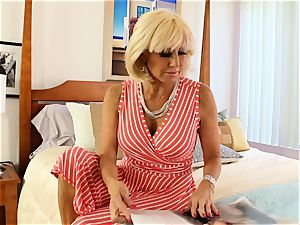 SEXYMOMMA blond tribbing with expert stepmom