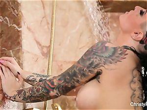 Christy Mack's supah sumptuous bathroom tease